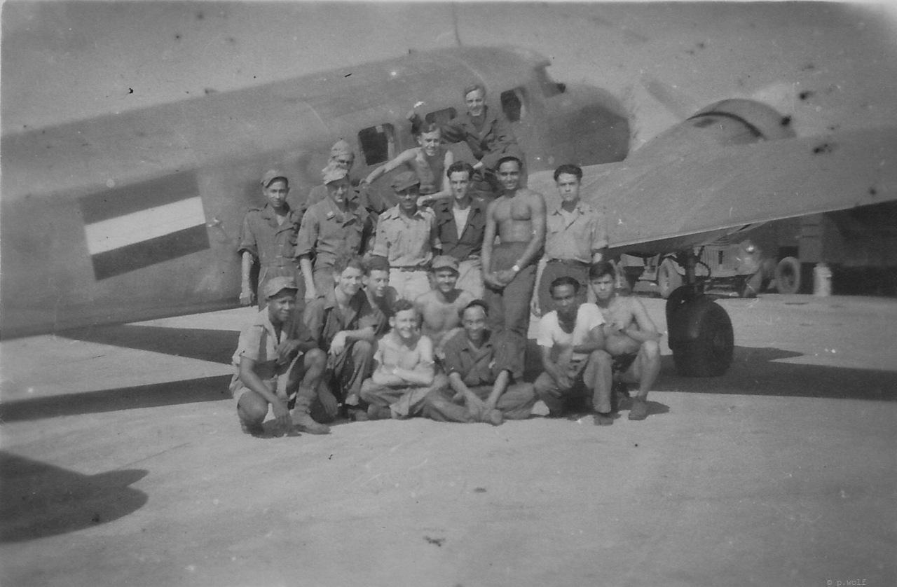54 Medan; 15 man voor een Lockheed Electra - fotograaf onbekend